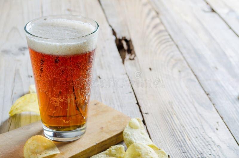 Cerveja de vidro no fundo de madeira imagens de stock royalty free