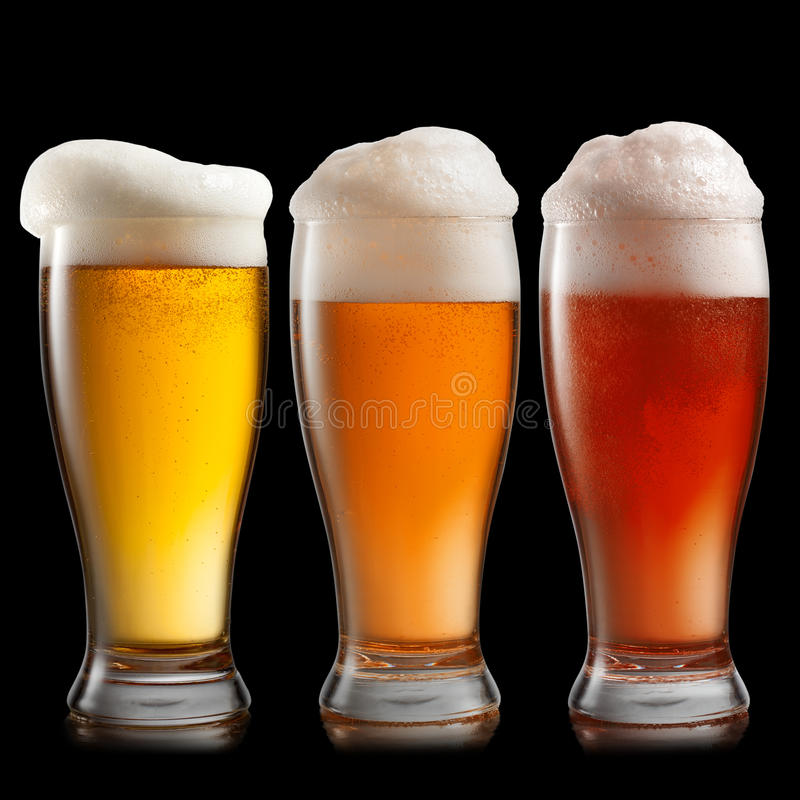 Cerveja diferente nos vidros isolados no preto imagens de stock