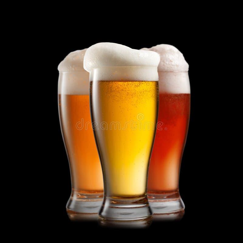 Cerveja diferente nos vidros no preto imagem de stock royalty free