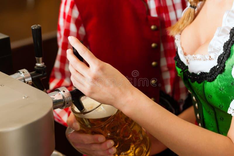 Cerveja do desenho da mulher nova no restaurante ou no pub foto de stock royalty free