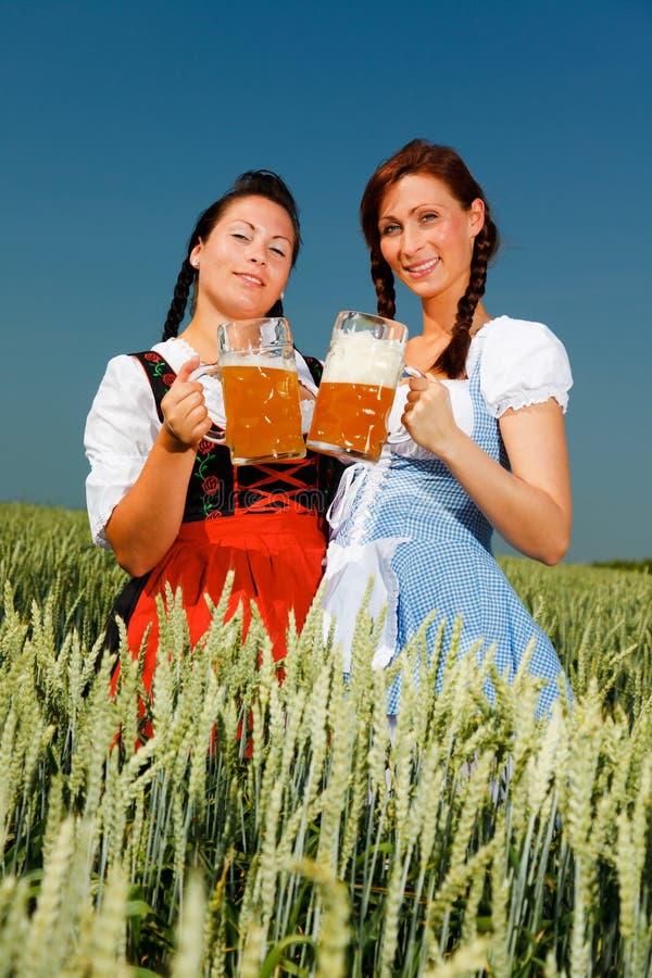 Cerveja do Dirndl a mais oktoberfest imagem de stock royalty free