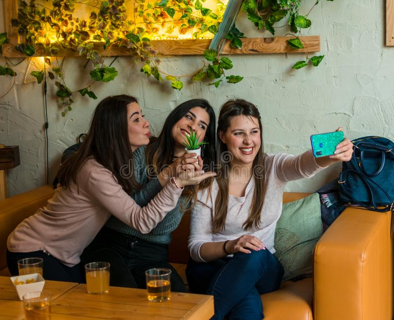 Cerveja do grupo feliz dos amigos e selfie bebendo da tomada no restaurante da barra da cervejaria fotografia de stock
