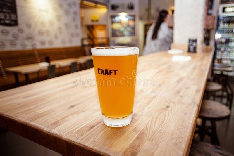 Cerveja do ofício na barra foto de stock