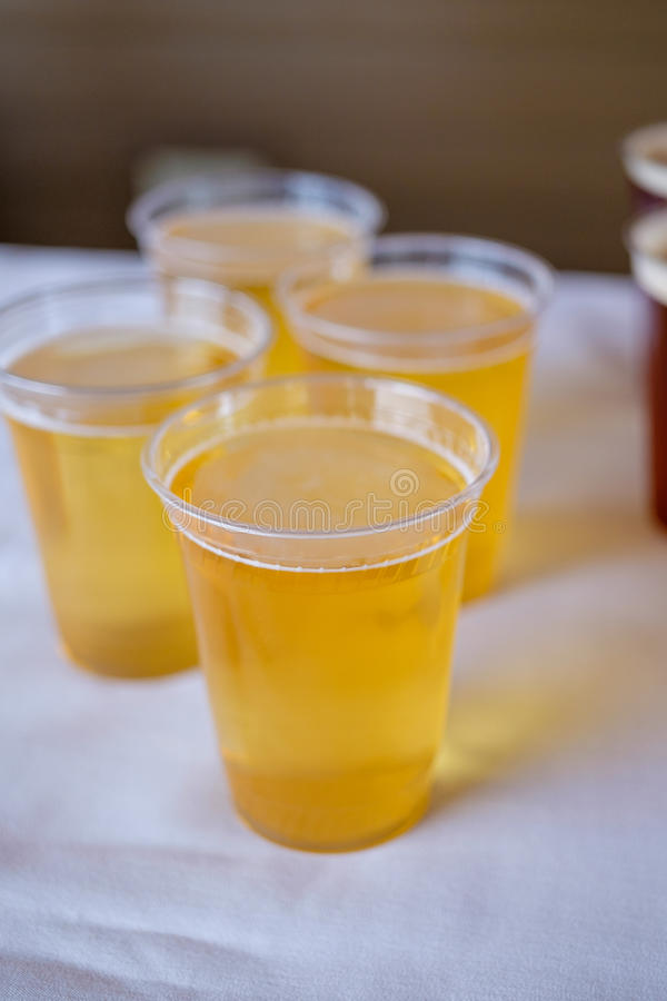 Cerveja do ofício no copo de água imagem de stock