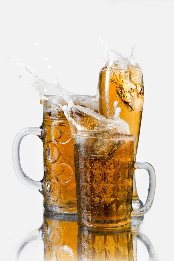 Cerveja do respingo nos vidros fotografia de stock royalty free