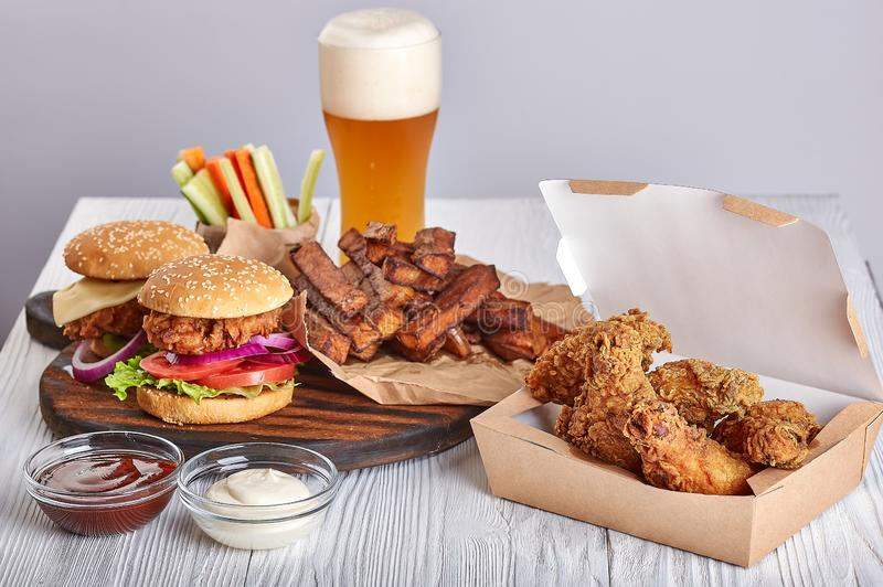 Cerveja dos hamburgueres do frango frito fotos de stock
