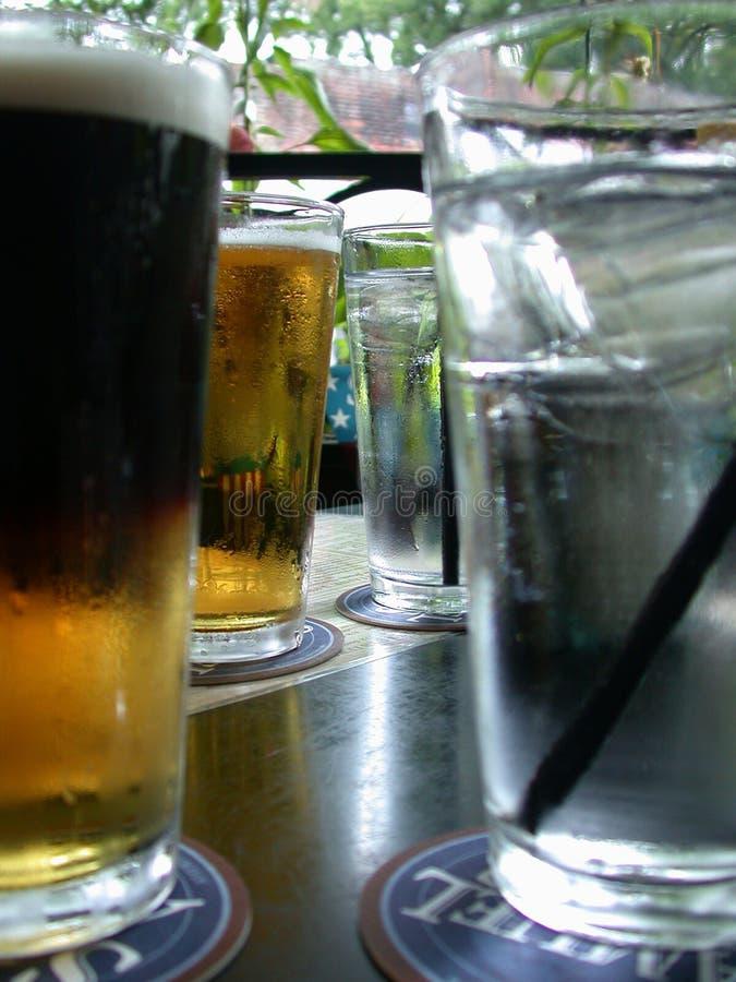 Cerveja e água imagem de stock royalty free