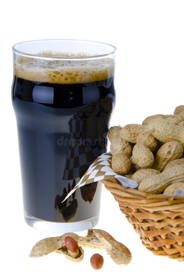 Cerveja e amendoins imagem de stock royalty free