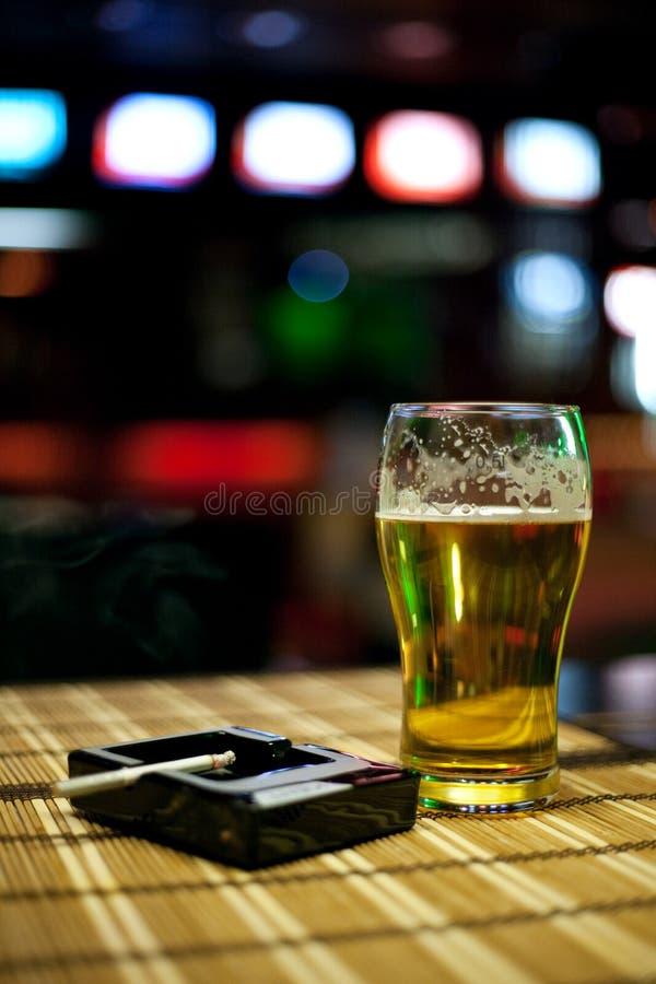 Cerveja e cigarro fotografia de stock royalty free