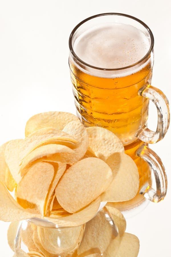 Cerveja e microplaqueta imagem de stock