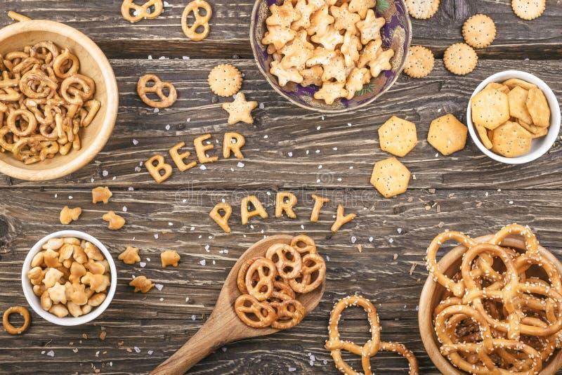 Cerveja e partido da inscrição compostos dos biscoitos em um varrão de madeira fotografia de stock