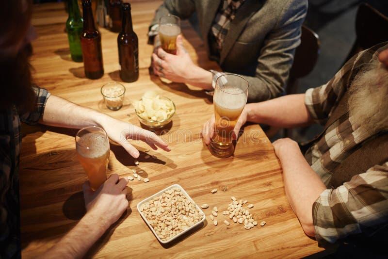 Cerveja e petisco imagem de stock royalty free