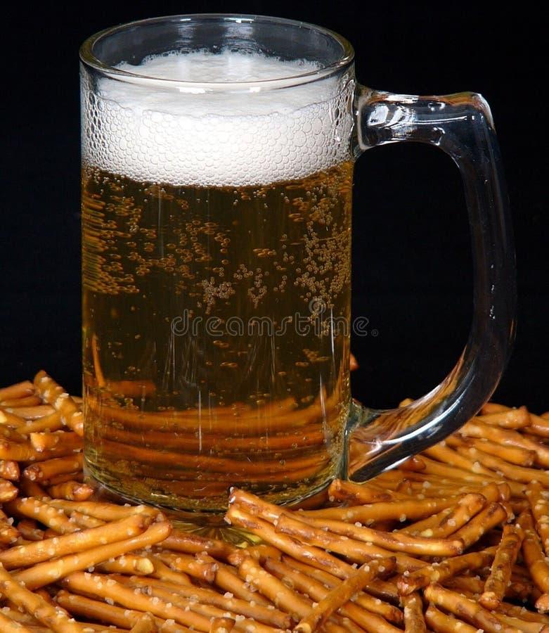 Cerveja E Pretzeis Fotografia de Stock