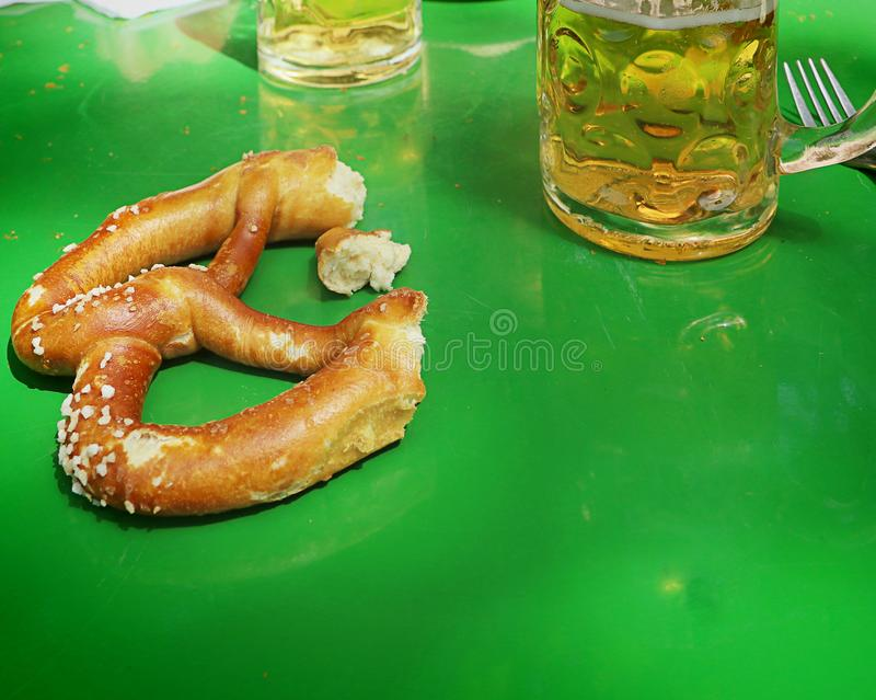 Cerveja e pretzel bávaros no jardim da cerveja imagem de stock