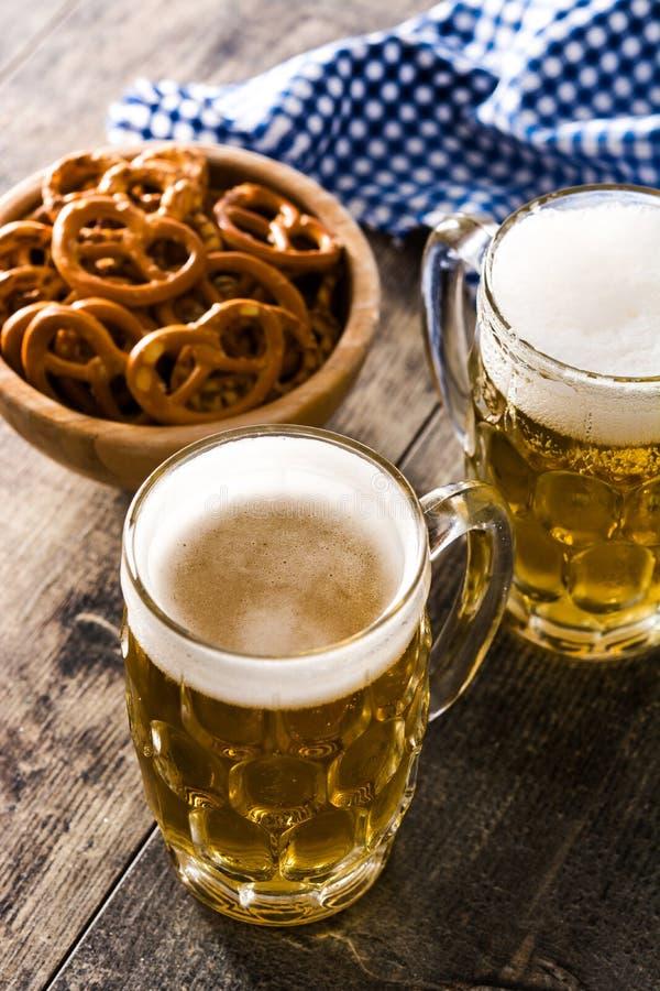 Cerveja e pretzel de Oktoberfest na madeira fotografia de stock royalty free