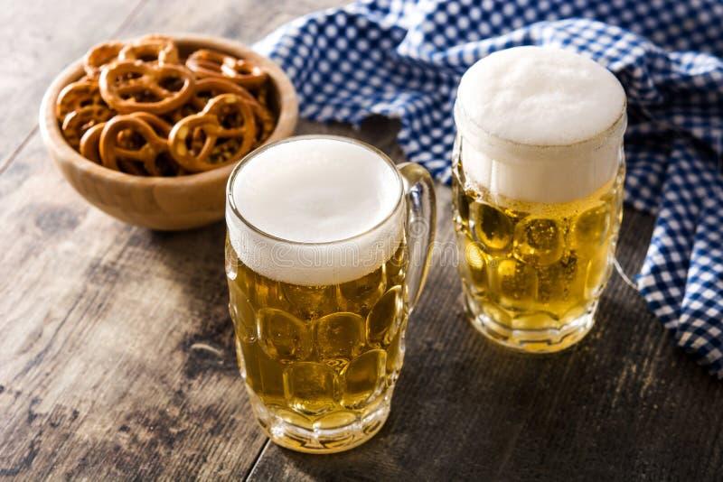 Cerveja e pretzel de Oktoberfest na madeira imagem de stock