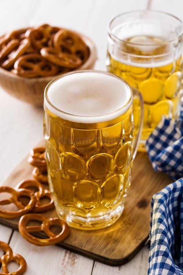 Cerveja e pretzel de Oktoberfest na tabela de madeira foto de stock royalty free
