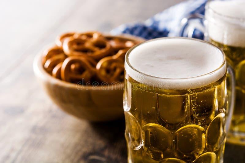 Cerveja e pretzel de Oktoberfest na tabela de madeira fotos de stock