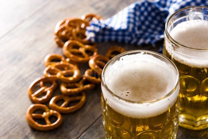 Cerveja e pretzel de Oktoberfest na tabela de madeira imagens de stock