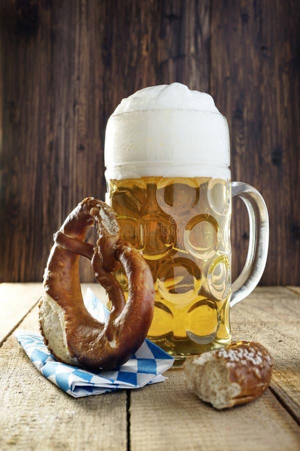 Cerveja e pretzel, Oktoberfest fotos de stock