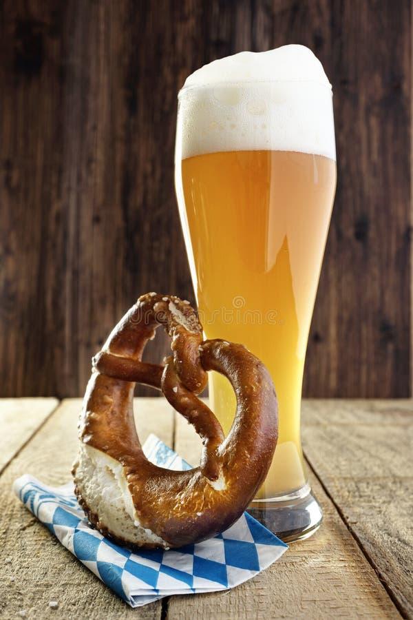 Cerveja e pretzel, Oktoberfest imagem de stock