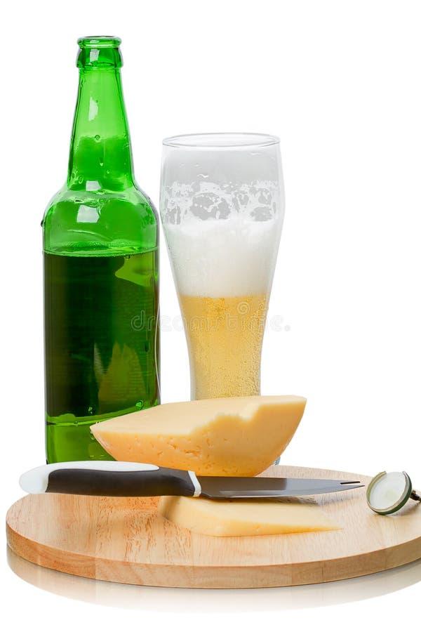Cerveja e queijo de Lager imagens de stock royalty free
