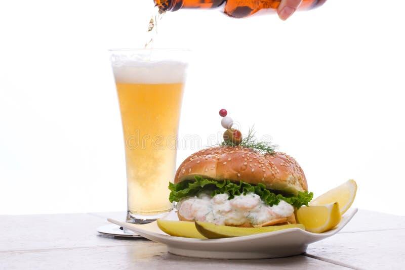 Cerveja e salada Sandwic dos camarões fotografia de stock royalty free