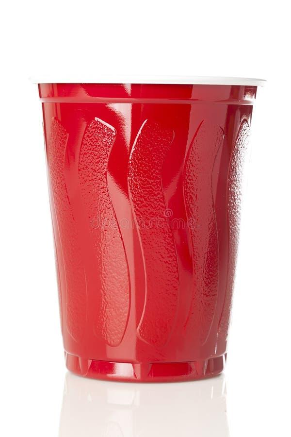 Cerveja em um copo vermelho descartável fotos de stock