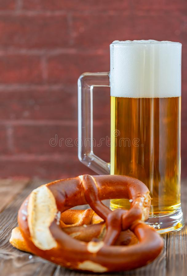 Cerveja em uma caneca imagem de stock royalty free