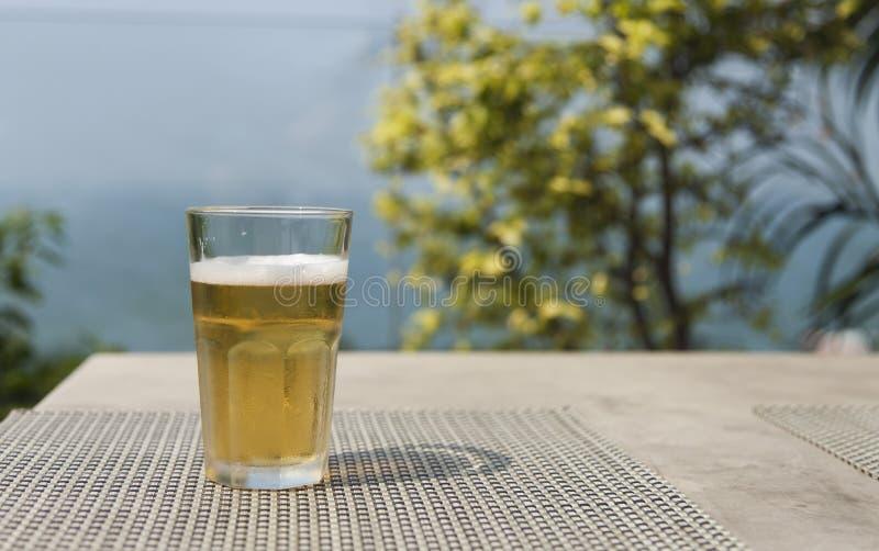 Cerveja em uma tabela imagens de stock