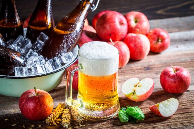 Cerveja fresca e fria da maçã imagens de stock