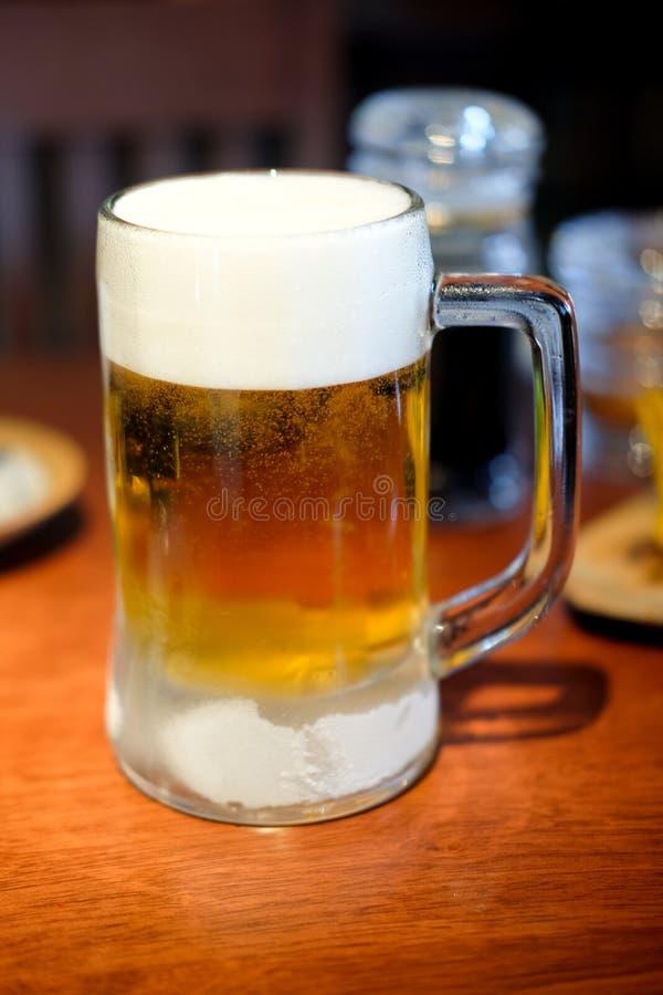 Cerveja fria saboroso em uma caneca de vidro foto de stock