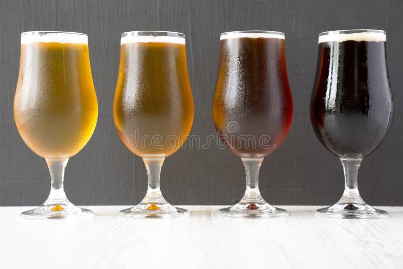 Cerveja fria sortido, vista lateral Close-up fotos de stock