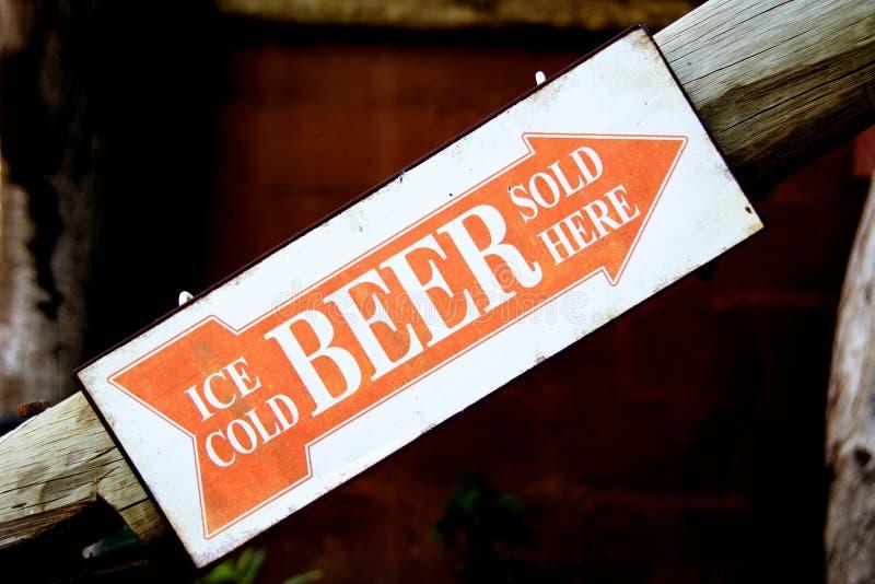 Cerveja gelado vendida aqui imagens de stock royalty free