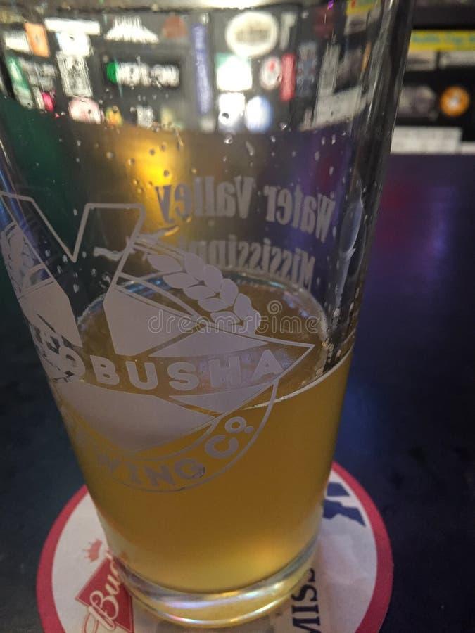 Cerveja Hey em Joe& x27; s imagem de stock