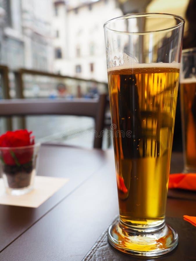 Cerveja morna com ar fresco nos países estrangeiros imagens de stock
