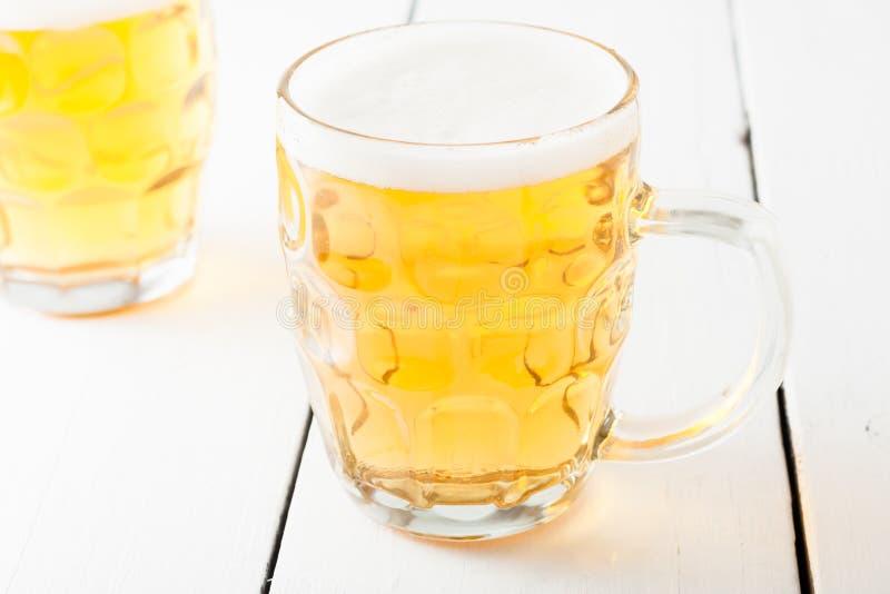 Cerveja na caneca de cerveja de vidro imagens de stock royalty free
