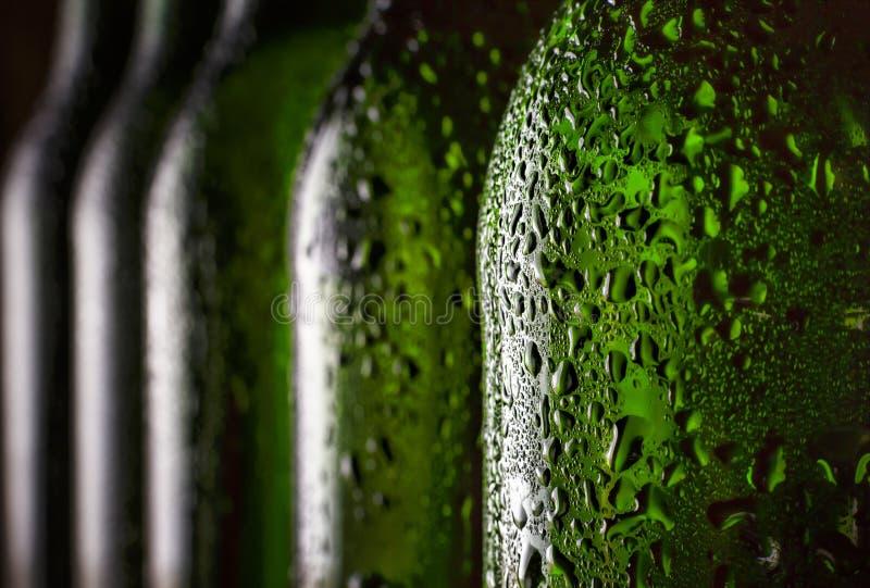 Cerveja na garrafa Close-up Gotas da água em uma garrafa de cerveja refrigerada Conceito: Dia do ` s de St Patrick, Oktoberfest,  fotos de stock