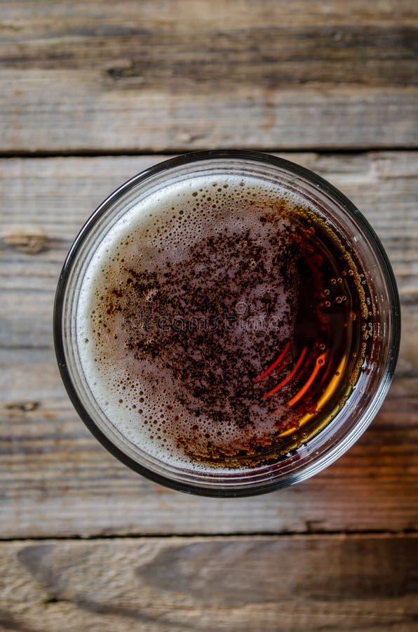 Cerveja na vista superior de vidro fotos de stock