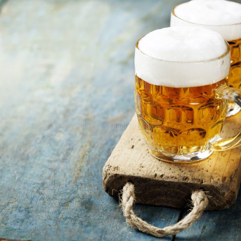 Cerveja no fundo de madeira imagens de stock royalty free