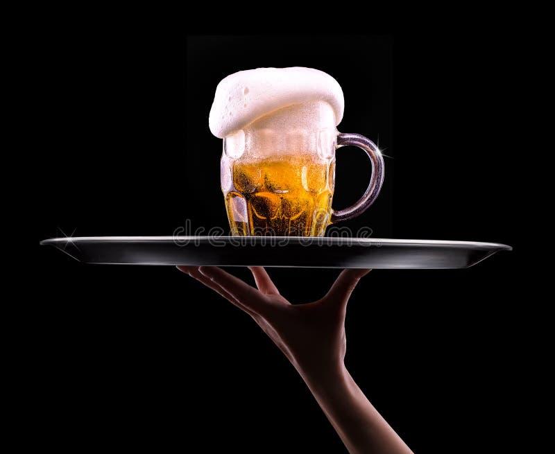 Cerveja no vidro em um preto fotografia de stock royalty free