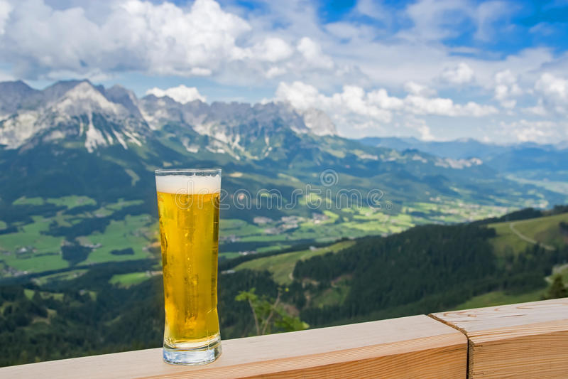 Cerveja nos cumes imagens de stock royalty free