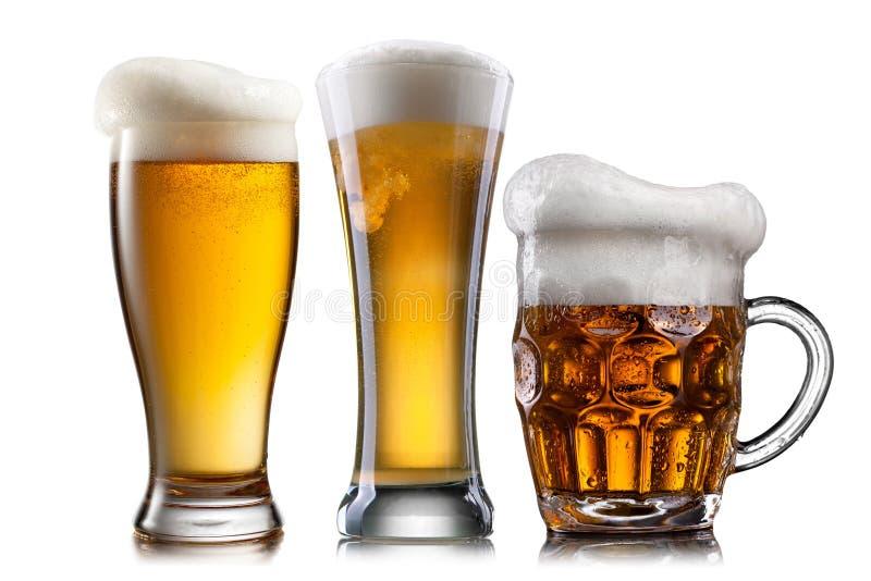 Cerveja nos vidros diferentes isolados fotografia de stock