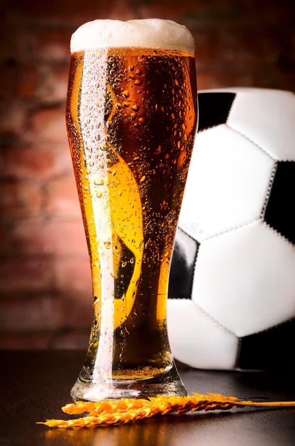 Cerveja pilsen com bola fotografia de stock