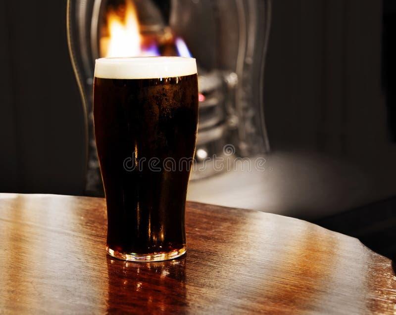 A cerveja preta irlandesa disparou dentro de um pub de Dublin fotografia de stock
