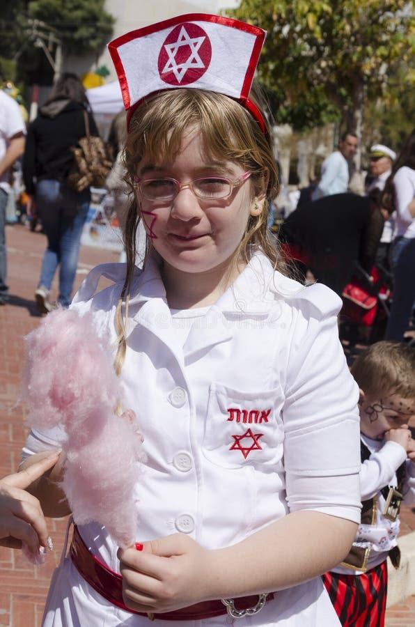 Cerveja-Sheva, ISRAEL - a menina vestida como o israelita nutre com lãs cor-de-rosa comestíveis foto de stock royalty free