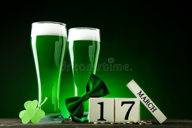 Cerveja verde nos vidros fotos de stock