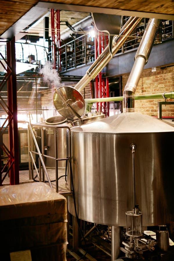 Cervejaria da cerveja com equipamento moderno foto de stock royalty free