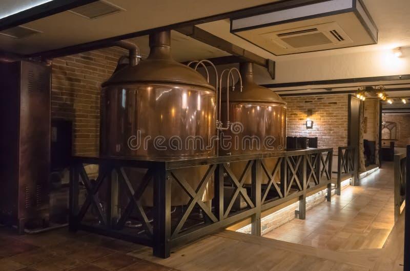 Cervejaria de cobre moderna na barra imagens de stock royalty free