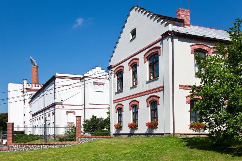 cervejaria famosa Velkopopovicky Kozel do 16o centavo , vila Velke Popovice, república checa Centro dos visitantes com museu da c fotografia de stock royalty free